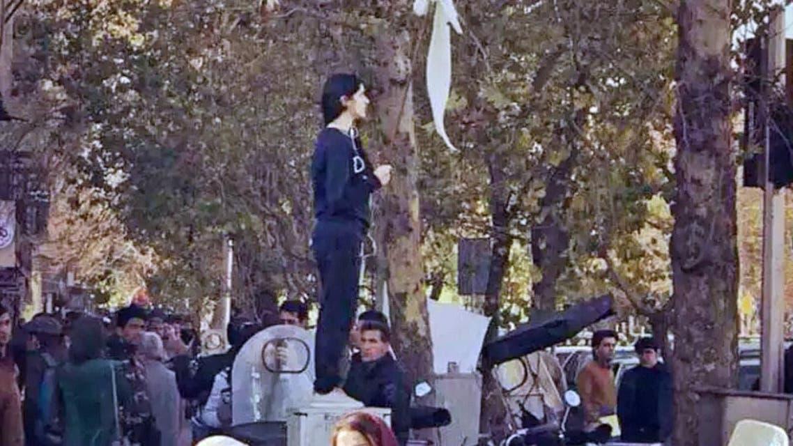 """إيران تفرج عن فتاة شارع """"انقلاب"""" بعد ضغوط شعبية"""