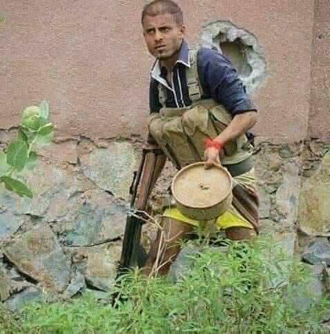 أحد عناصر المقاومة الشعبية أثناء معارك تحرير تعز حاملاً لغماً زرعه الحوثيون