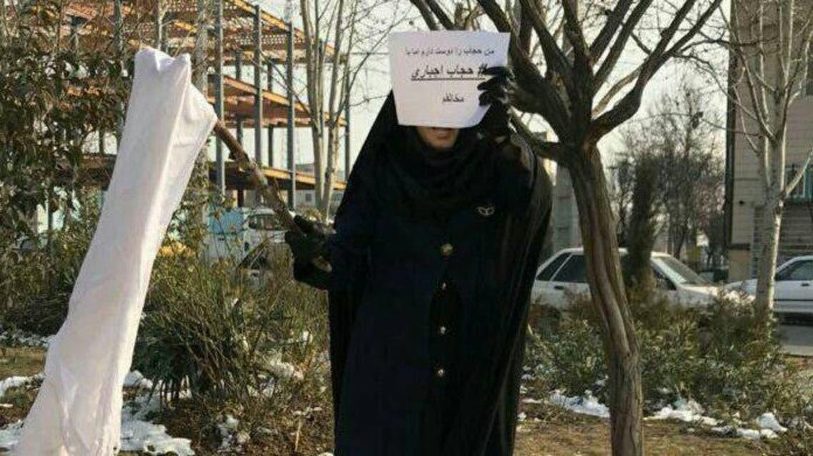 ايرانية محجبة أخرى تنضم لحملة مناهضة الحجاب الاجباري