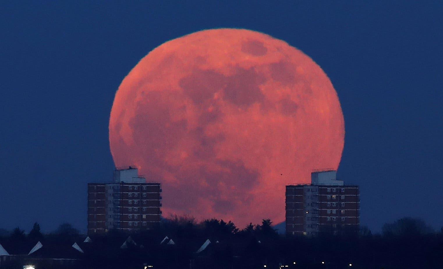 صورة للقمر العملاق من شمال لندن