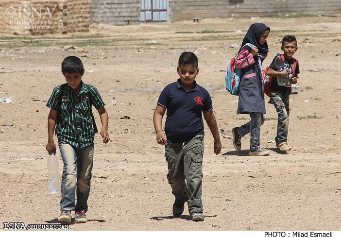 دانش آموزان روستای العوده که با پای پیاده به مدرسه کانکسی میروند
