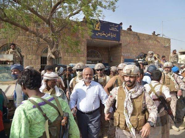 بالصور.. مسؤول يمني يتجول في حيس بعد تحريرها من الحوثي