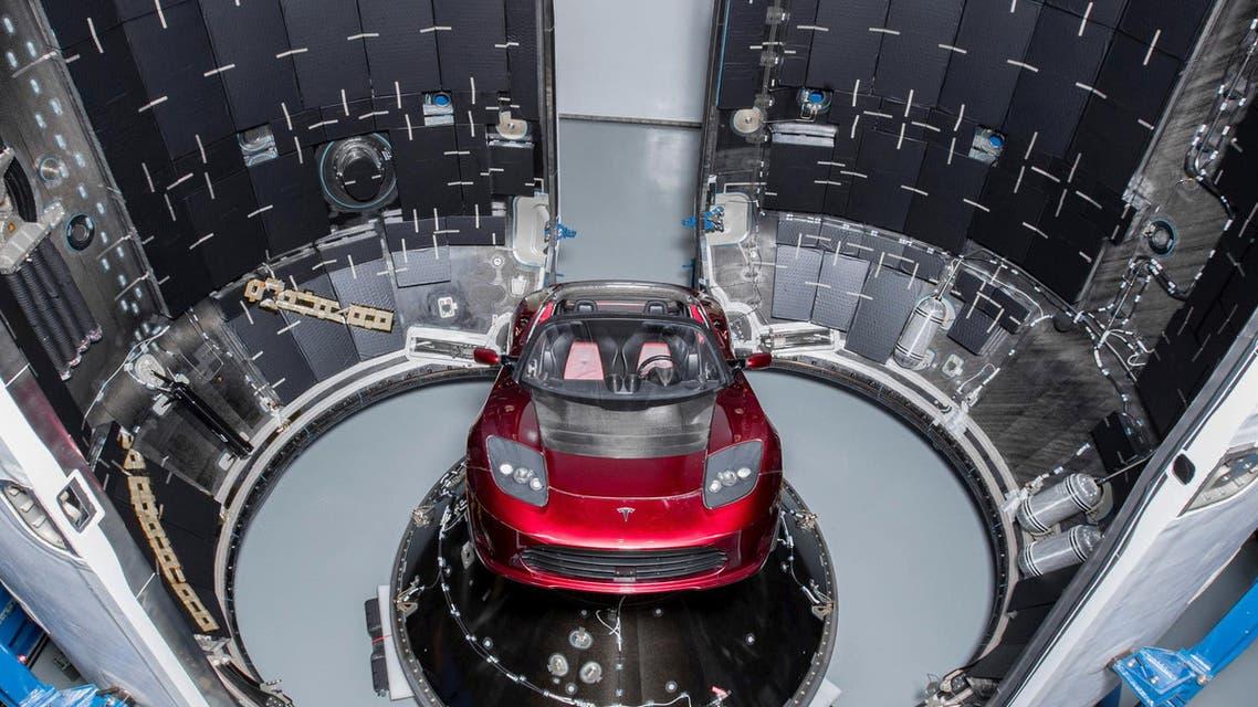 سيارة التسلا التي انطلقت إلى الفضاء بالصاروخ العملاق