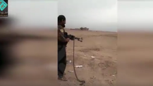 فيديو مروع.. قيادي كردي يعدم رجلاً بدير الزور