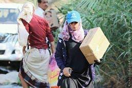 الناشطة أثناء أداء مهامها في تعز