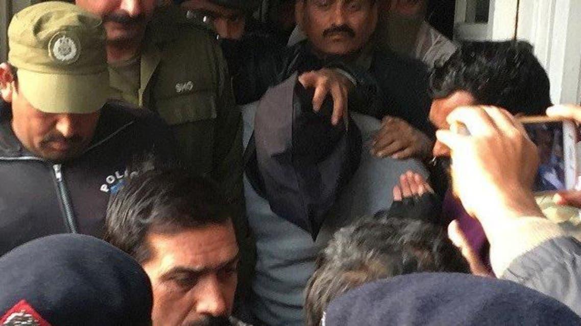 صور سابقة لمثول عمران أمام المحكمة مغطى الرأس