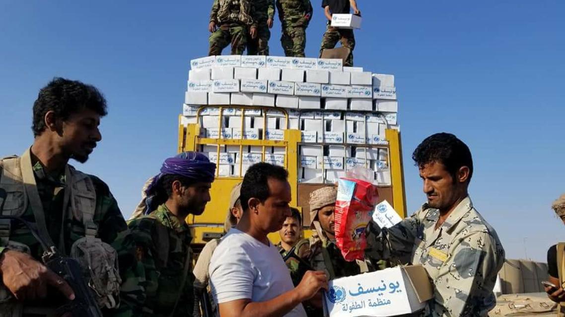 مواد إغاثة دولية ضبطها الجيش اليمني غقب قيام الحوثيين ببيعها لتجار آخرين