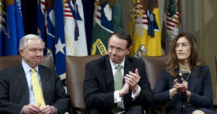 براند إلى جوار المسؤول الثاني في وزارة العدل رود روزنشتاين ووزير العدل الأميركي في أقصى اليسار