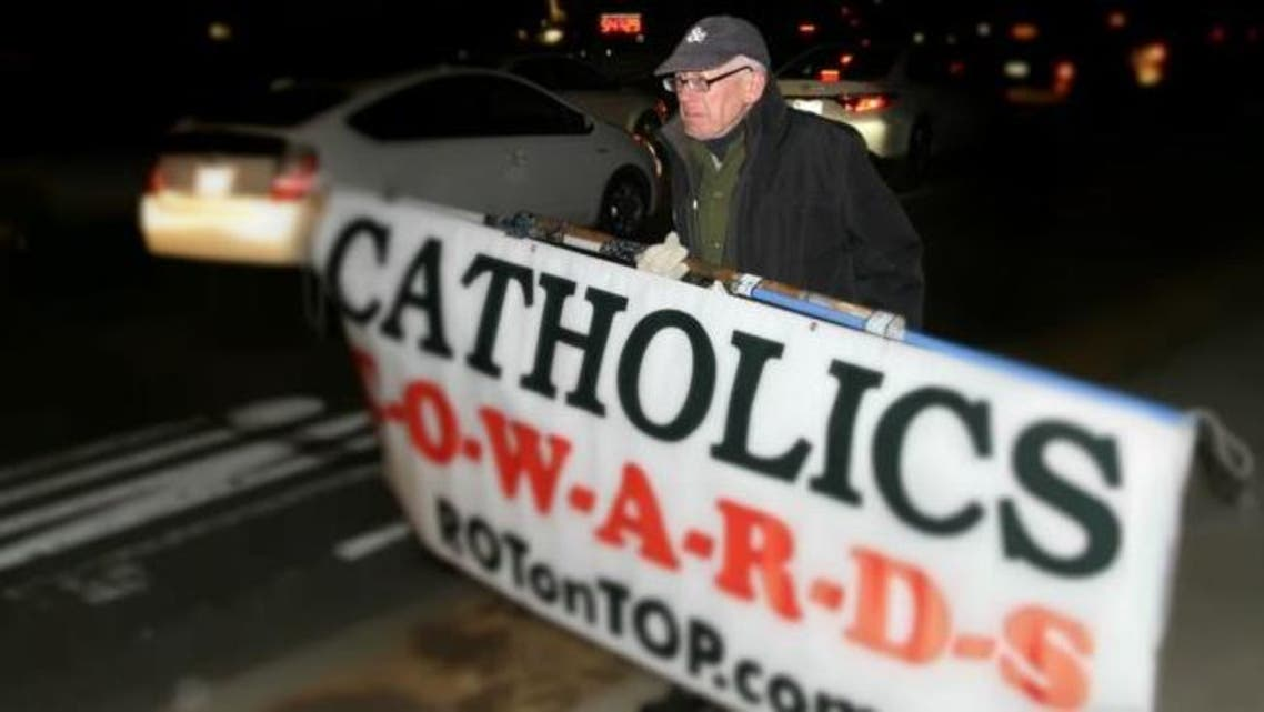 قصة رجل يحتج منذ 20 عاما أمام سفارة الفاتيكان بواشنطن
