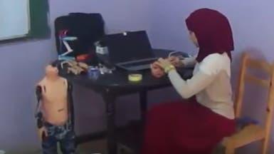 شاهد.. طالبة جزائرية تخترع روبوتاً ذكياً ناطقاً