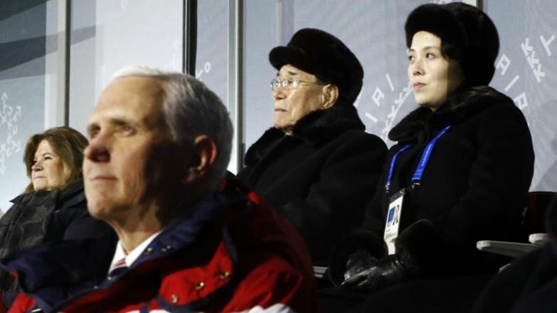 بنس وزوجته ومن خلفهما مباشرة شقيقة زعيم كوريا الشمالية والرئيس الفخري للبلاد 1