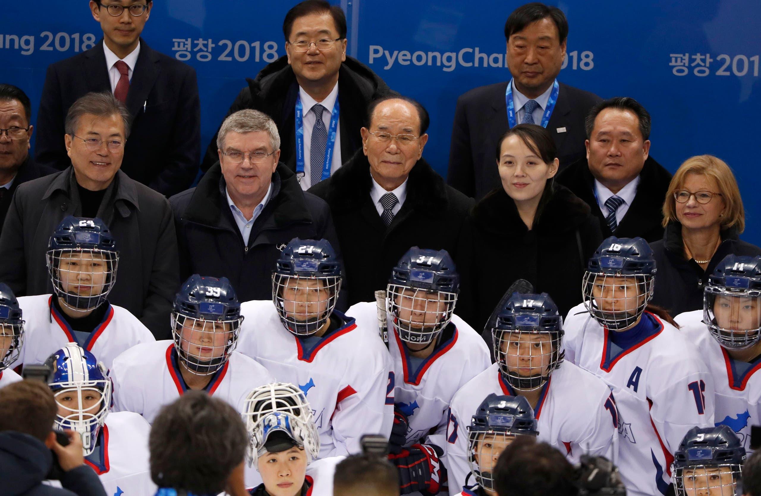 فريق هوكي الجليد النسائي الموحد ووراءه مسؤولون من الكوريتين