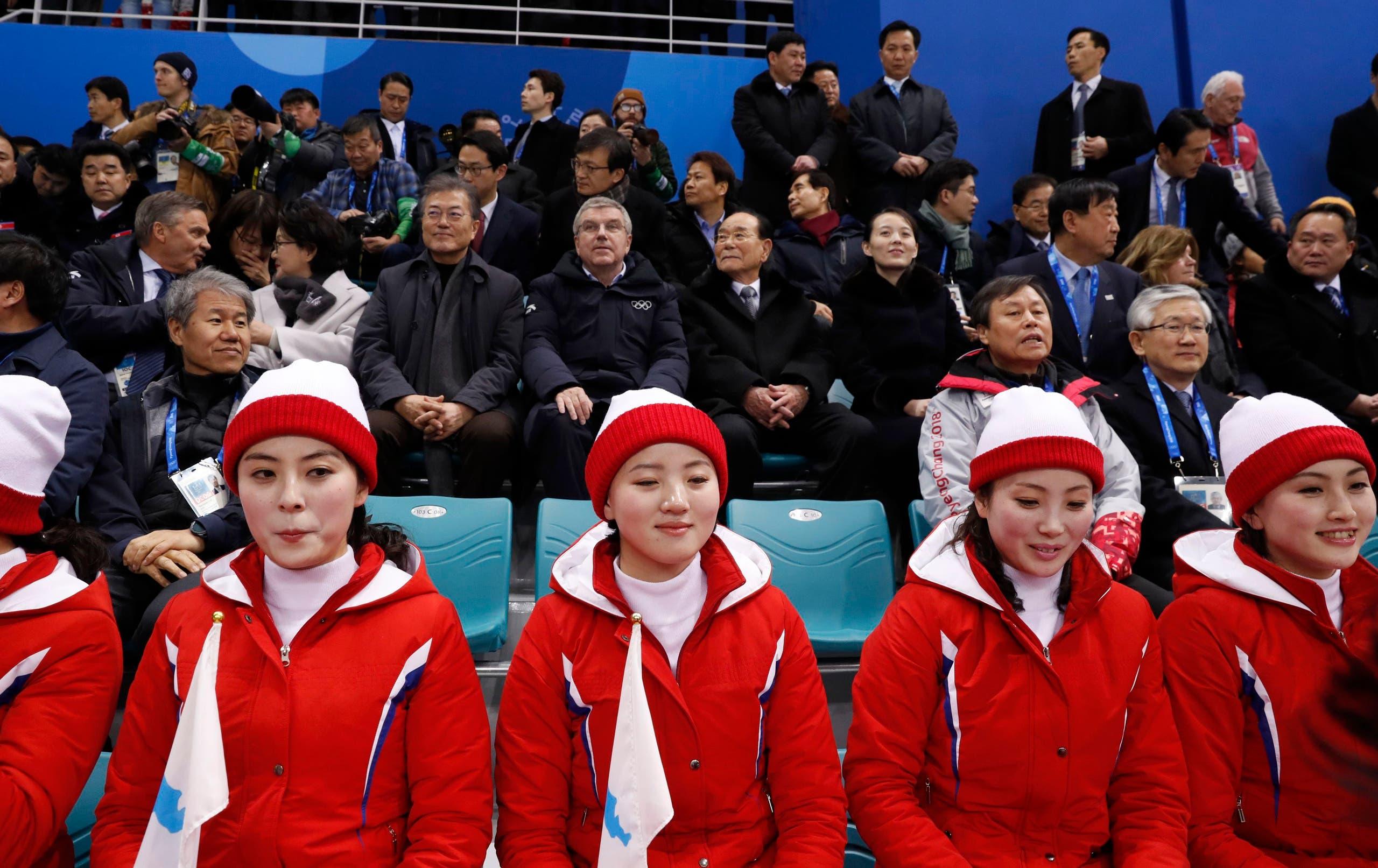 مشجعات من كوريا الشمالية ووراءهن مسؤولون من الكوريتين