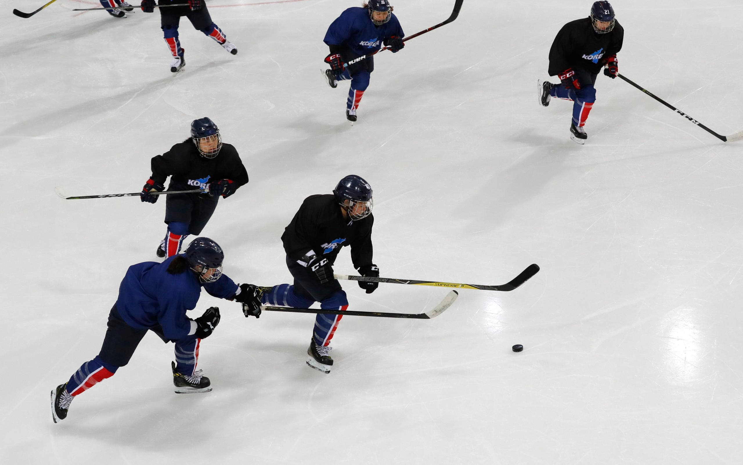 فريق هوكي الجليد النسائي الكوري الموحد خلال التمرينات