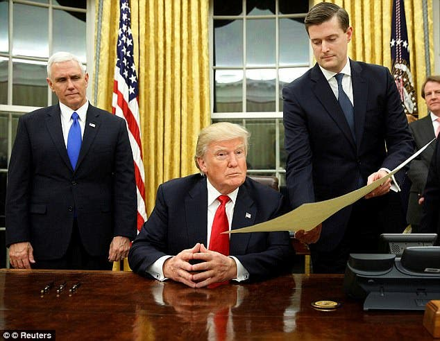 بورتر على يسار ترمب كان من أهم موظفي البيت الأبيض