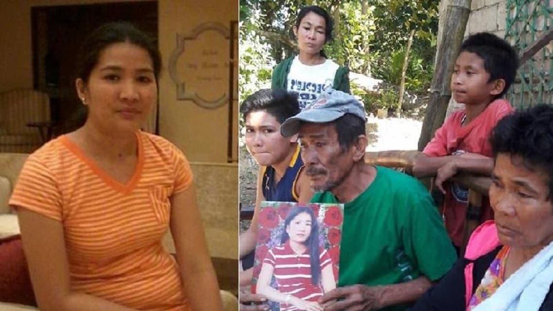 الخادمة القتيلة، ووالدها الجالس قرب أمها، يحمل صورتها