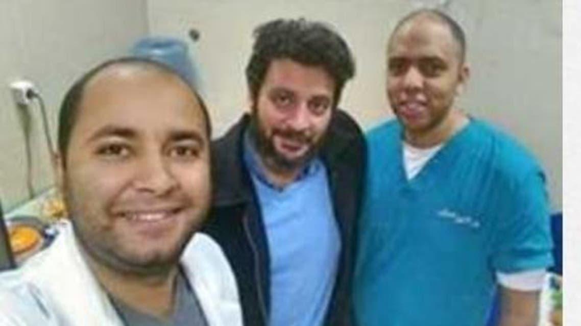 الطبيب المصري، محمد يحيى اسماعيل في الوسط