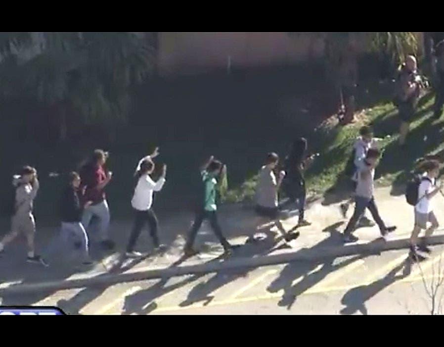 الطلبة خرجوا وايديهم مرفوعة في حماية الشرطة