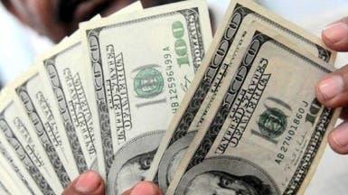 الدولار يحير الأسواق ويتراجع لأدنى مستوى في 15 شهراً