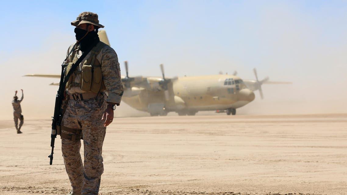 جندي من التحالف العربي أمام طائرة شحن عسكرية في مأرب 8-2-2018