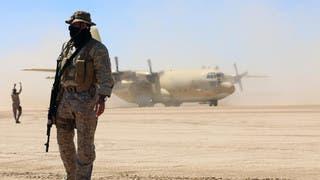 جندي من التحالف العربي أمام طائرة عسكرية باليمن - أرشيفية