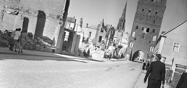 صورة من مدينة دمين خلال شهر مايو سنة 1945 حيث يبدو الخراب واضحا على أجزاء واسعة من المدينة