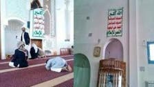 شاهد.. مصلون يطردون خطيبا حوثيا من على منبر مسجد بصنعاء