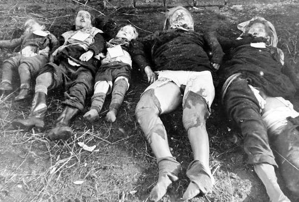 عکس تعدادی از قربانیان آلمانی به دست ارتش سرخ شوروی در برلین.. گزارش های پزشکی قانونی نشان از تجاوز جنسی مکرر به این دو زن و تیرباران شدن آنهاست