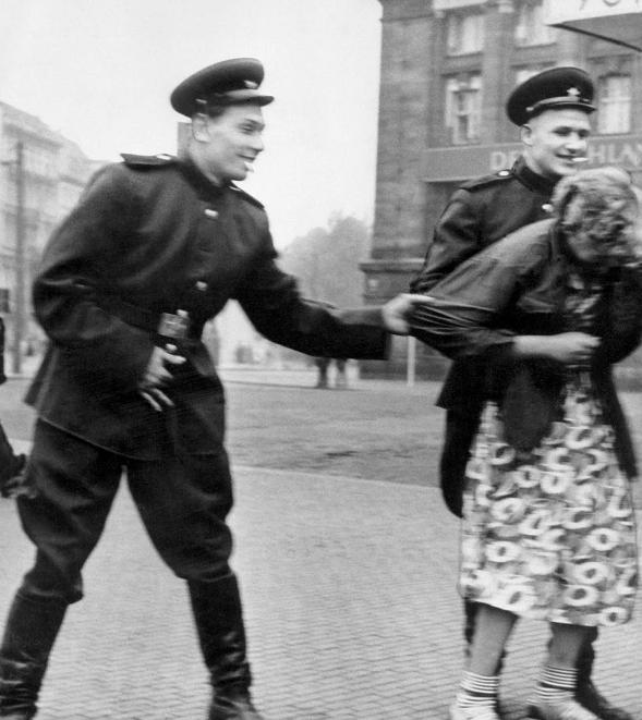 سربازان ارتش سرخ شوروی در حال آزار یک زن آلمانی در برلین