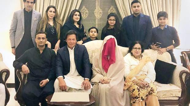 عالجت المعارض الباكستاني عمران خان.. وتزوجته