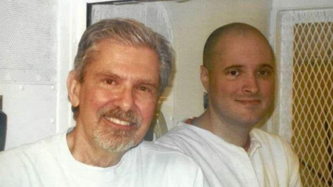 الأب مبتسما خلال زيارة الابن القاتل في السجن