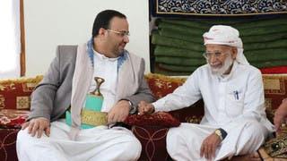 رئيس مجلس الانقلاب أثناء عزائه هادي الرزامي بمقتل شقيقه ونجله في جبهة الجوف