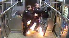 شاهد أميركياً حاول حرق نفسه داخل قطار بشيكاغو