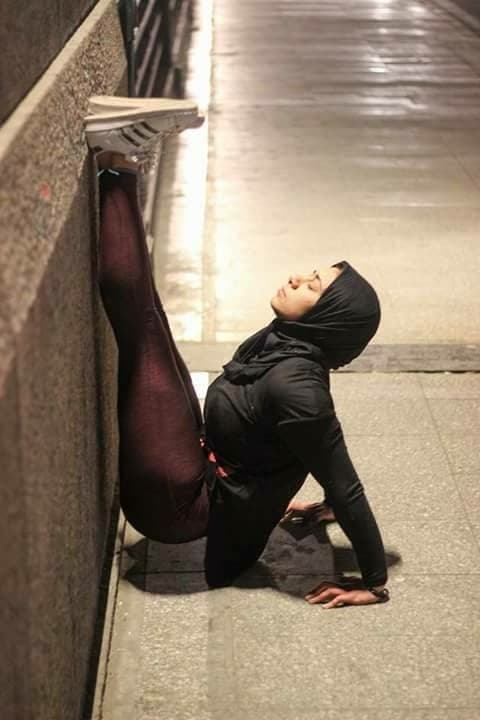فتاه مصرية تُمارس الباليه في قلب القاهرة