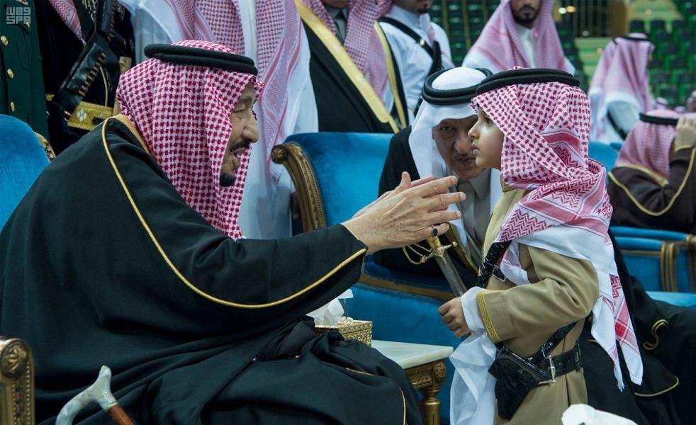 الملك سلمان يشارك بالعرضة السعودية