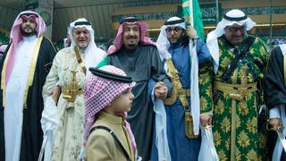 من هو الطفل الذي وقف بجانب الملك سلمان في العرضة؟