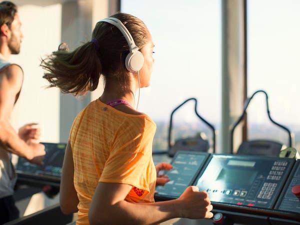 أثناء ممارسة الرياضة.. الموسيقى تخفف الألم