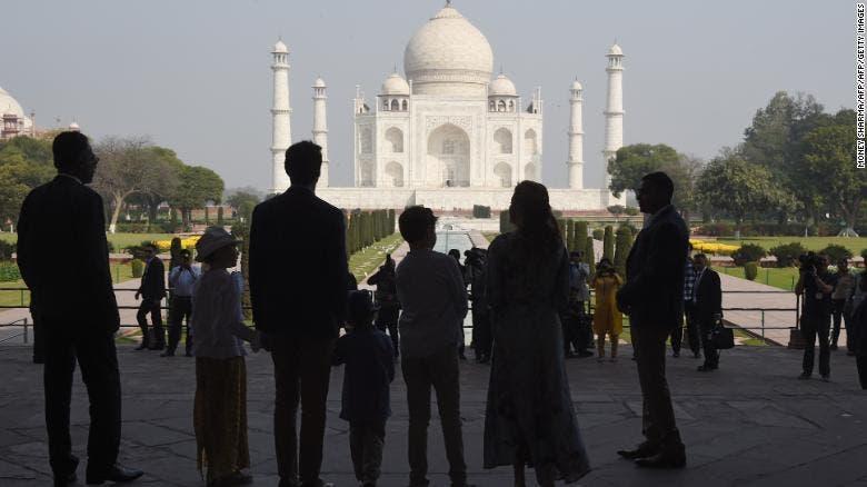 عائلة رئيس الحكومة الكندي أمام تاج محل