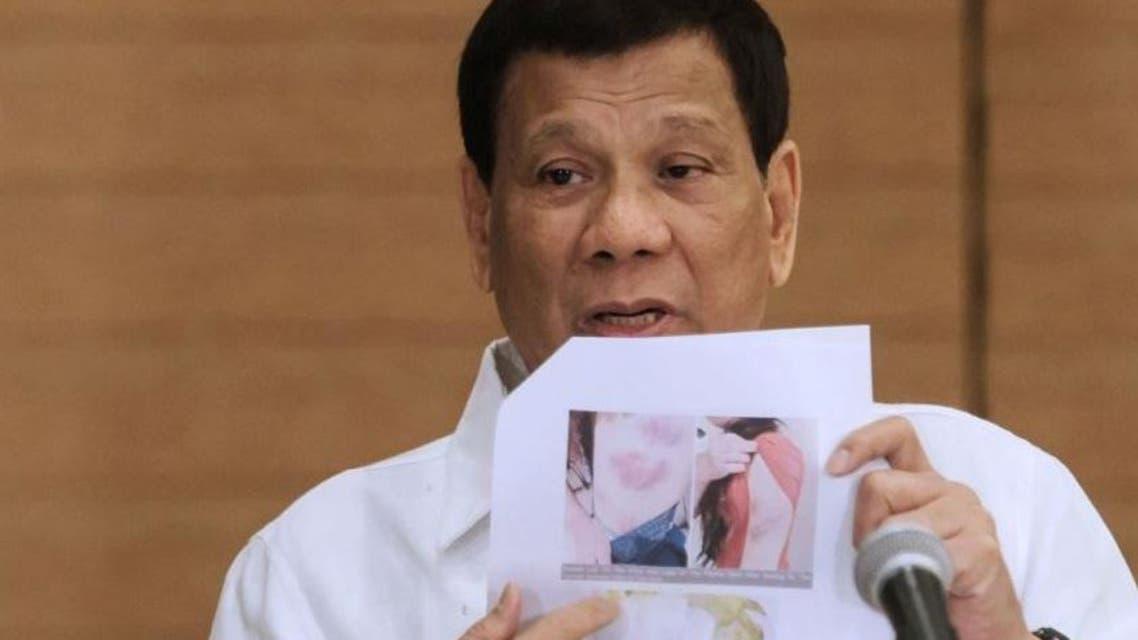 رئيس الفلبين يعرض صورة لجثة العاملة