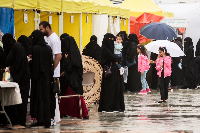 سعوديون تحت المطر