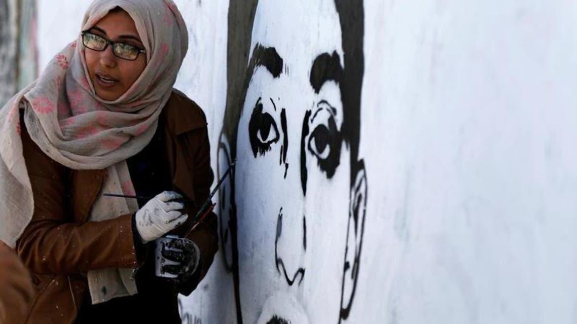 الفنانة التشكيلية اليمنية هيفاء سبيع ترسم جدارية في صنعاء