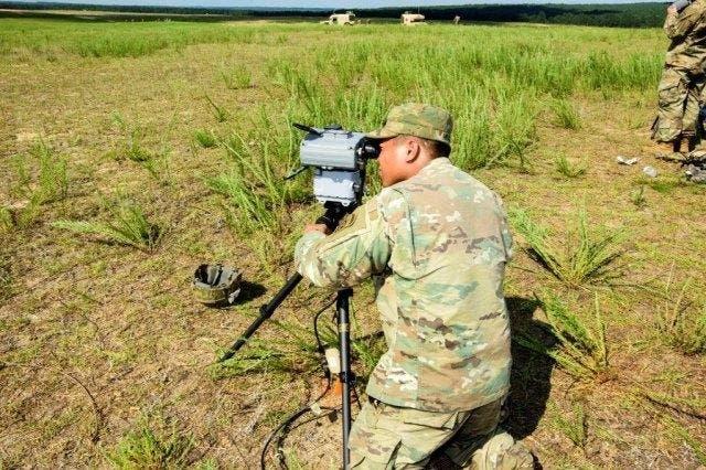 جندي أميركي يقوم بتركيب أجزاء نظام JETS بعد القفز به من على متن طائرة إلى ساحة معركة