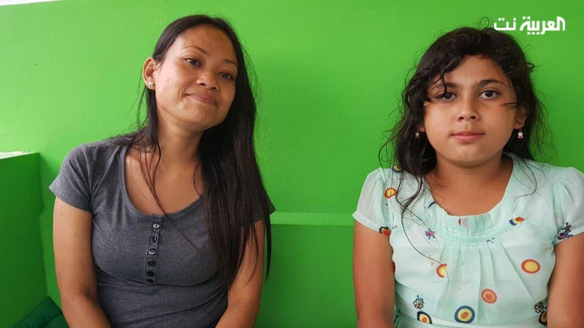الطفلة هيفاء مع والدتها