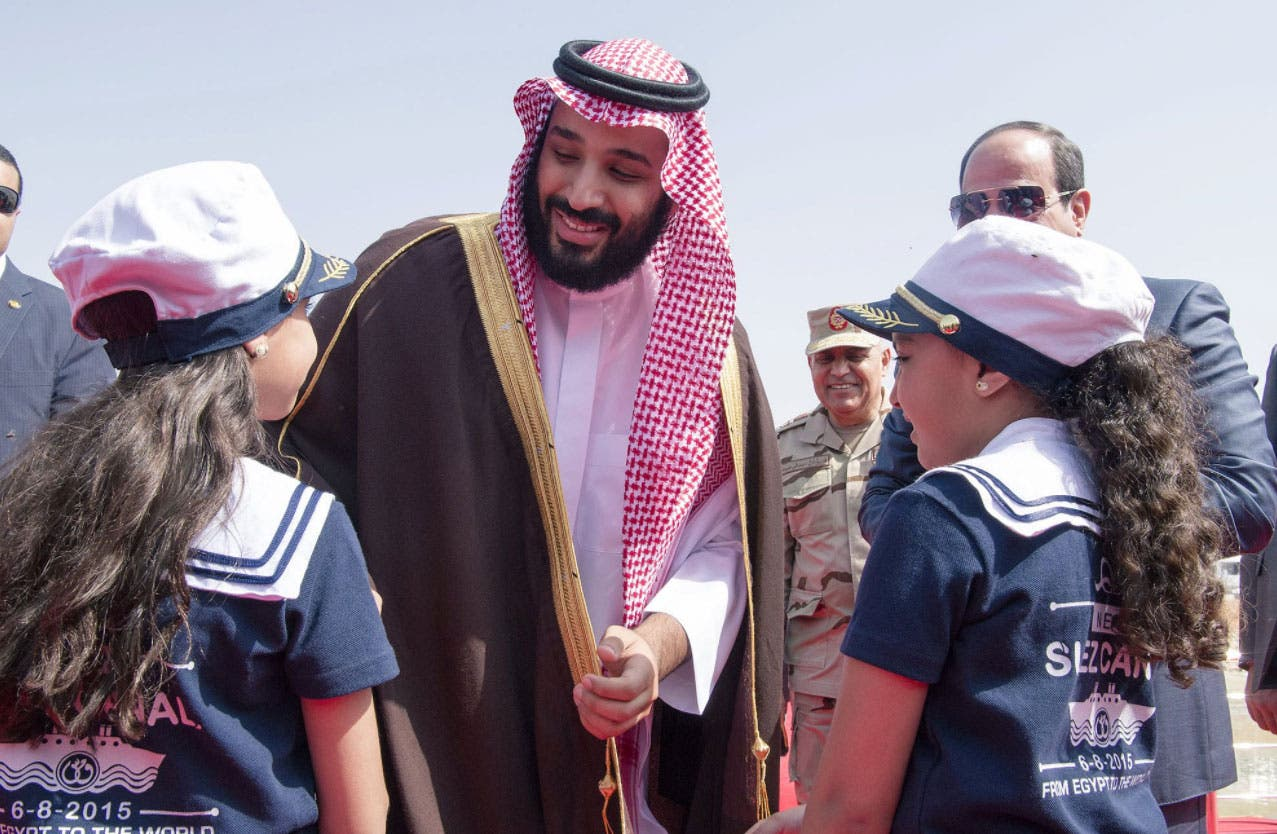 طفلتان ترحبان بالأمير محمد بن سلمان في قناة السويس