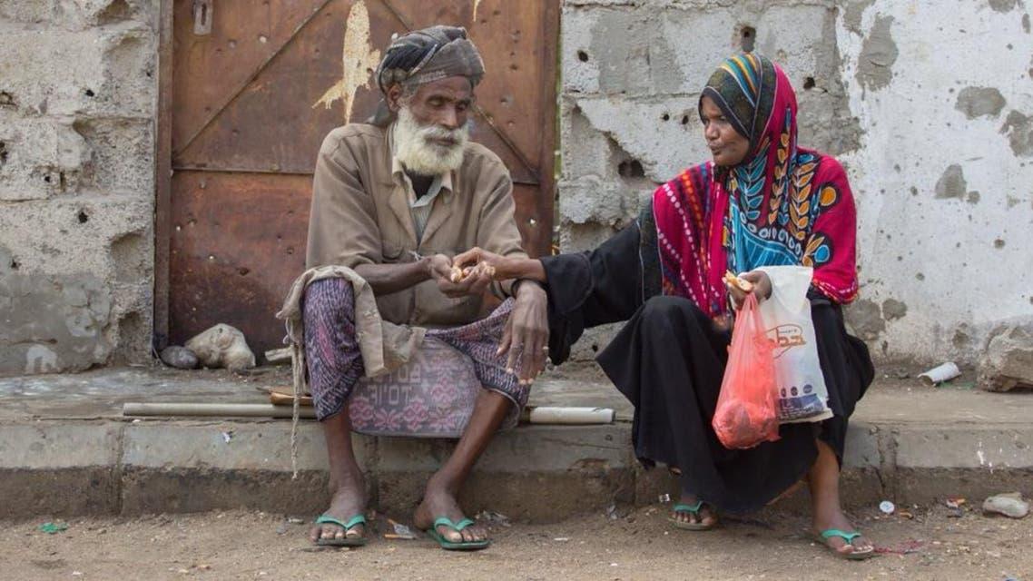 """صورة مؤثرة.. مسنان يمنيان يتقاسمان """"لقمة العيش"""" بعدن"""