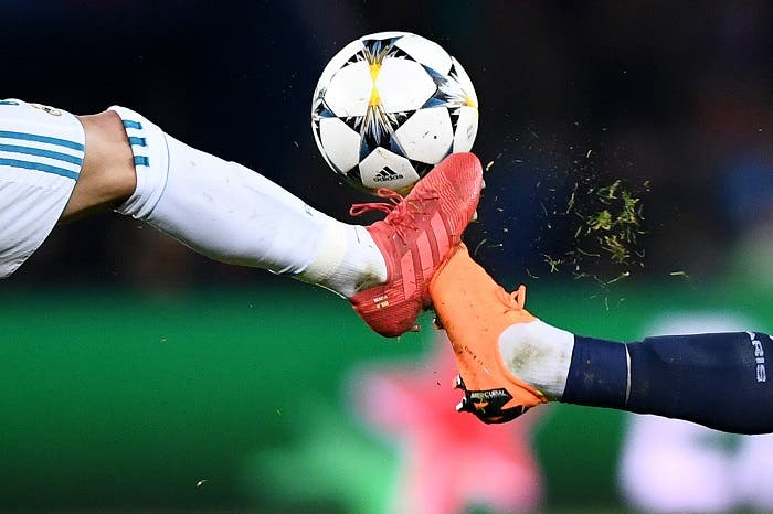 A Paris Saint-Germain player (R) vies with a Real Madrid's during the UEFA Champions League round of 16 second leg football match between Paris Saint-Germain (PSG) and Real Madrid on March 6, 2018, at the Parc des Princes stadium in Paris. (AFP)