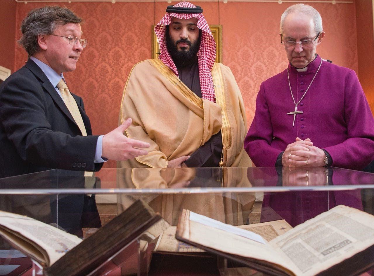 ولي العهد السعودي أثناء زيارة لقصر لامبث التاريخي