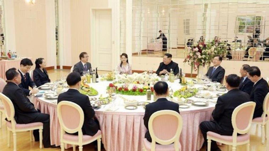 زعيم كوريا الشمالية خلال اجتماعه مع وفد سيول