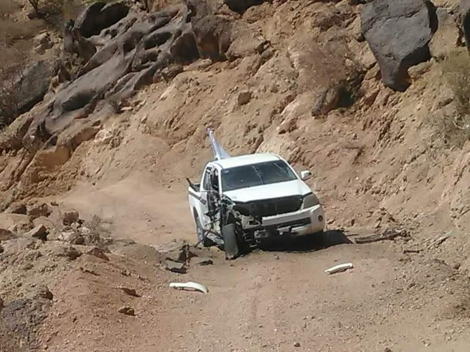 السيارة ترفع الراية البيضاء ورغم ذلك استهدفها الحوثي بقذيفة