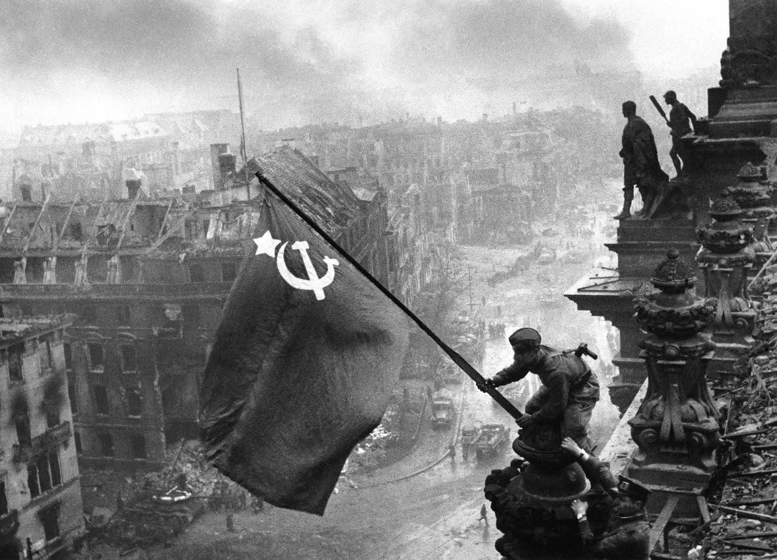 جندي سوفيتي وهو بصدد رفع علم الاتحاد السوفيتي على مبنى الرايخستاغ بالعاصمة الألمانية برلين